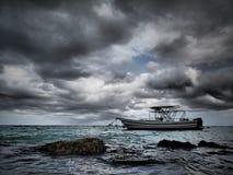 Fiskebåt på ett kusliga Atlantic Ocean arkivbilder