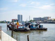 Fiskebåt på floden, bak blå himmel, Bangkok, Thailand royaltyfria foton