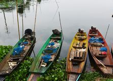 Fiskebåt på floden i Thailand, trans. royaltyfri foto