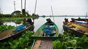 Fiskebåt på floden i Thailand, trans. royaltyfri fotografi