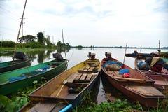 Fiskebåt på floden i Thailand, trans. arkivbilder
