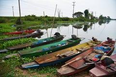 Fiskebåt på floden i Thailand, trans. royaltyfria bilder