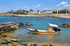 Fiskebåt på forntida port Caesarea, Israel Royaltyfri Foto