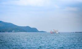 fiskebåt på hamnen i havhavs- och bergbakgrund på den thailändska fjärden arkivfoton