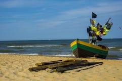 Fiskebåt på havskusten royaltyfria bilder
