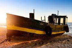 Fiskebåt på kusten Fotografering för Bildbyråer