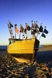 Fiskebåt på kusten Arkivbild