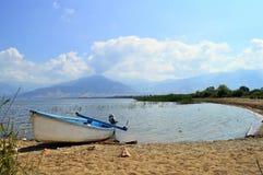 Fiskebåt på a lakeshore av Prespes i Grekland arkivfoton