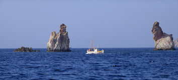 Fiskebåt på milos royaltyfri foto