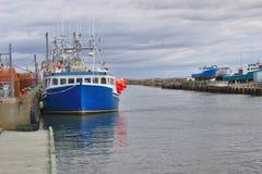 Fiskebåt på munnen av hamn 3125 A royaltyfri bild