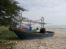 Fiskebåt på sandstranden Arkivfoto