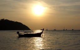 Fiskebåt på skymningen royaltyfri fotografi