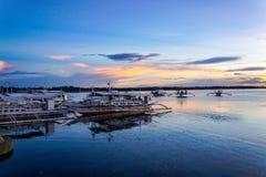 Fiskebåt på solnedgång arkivfoto
