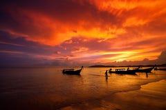 Fiskebåt på solnedgångbakgrund Krabi thailand Royaltyfri Foto