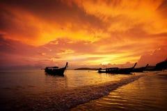 Fiskebåt på solnedgångbakgrund Krabi thailand Arkivfoto