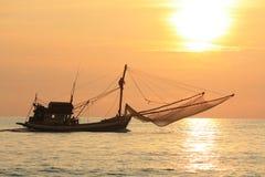 Fiskebåt på solnedgången Royaltyfri Bild