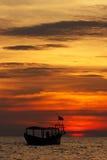 Fiskebåt på solnedgången Royaltyfri Fotografi
