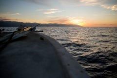 Fiskebåt på solnedgången på den Banderas fjärden royaltyfri foto