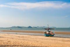 Fiskebåt på strand Royaltyfri Bild