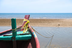 Fiskebåt på strand Royaltyfria Foton