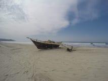 Fiskebåt på stranden Arkivfoto