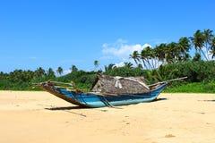 Fiskebåt på stranden av Bentota Royaltyfri Bild