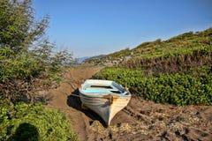 Fiskebåt på stranden, Grekland Royaltyfri Bild