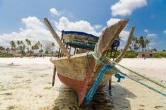 Fiskebåt på stranden i en by i Zanzibar Arkivfoto