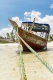 Fiskebåt på stranden i en by i Zanzibar Royaltyfri Fotografi