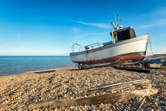 Fiskebåt på stranden i Kent fotografering för bildbyråer