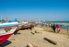Fiskebåt på stranden i solig dag Fotografering för Bildbyråer