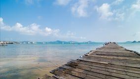 Fiskebåt på träpir, Thailand Royaltyfri Bild