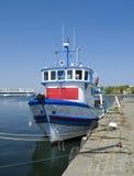Fiskebåt på vattnet Arkivbilder