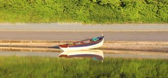 Fiskebåt som är klar att gå Arkivbild