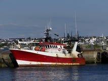 Fiskebåt som anslutas i hamnen Royaltyfri Bild