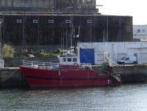 Fiskebåt som anslutas i hamnen Royaltyfria Foton