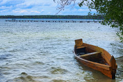 Fiskebåt som anslutas i sjövattnet Landskapfoto Pisochne ozero Volyn region Arkivfoton