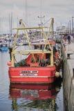 Fiskebåt som förtöjas i den berömda hamnen av Plymouth England royaltyfri fotografi