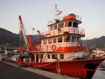 Fiskebåt som förtöjas i solnedgång Arkivbilder