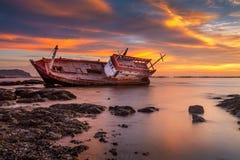 Fiskebåt som förtöjas på stranden Arkivfoto