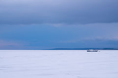 Fiskebåt som frysas i isen royaltyfri fotografi