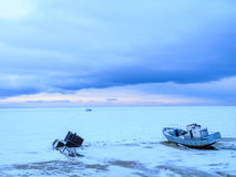 Fiskebåt som frysas i isen royaltyfri foto
