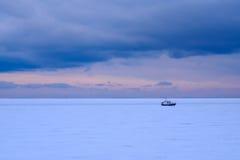 Fiskebåt som frysas i isen arkivbild