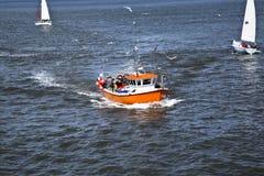 Fiskebåt som går tillbaka till hamnen arkivbild