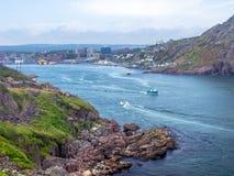 Fiskebåt som lämnar en hamn i St John ` s royaltyfri bild