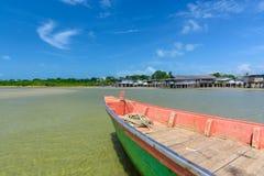 Fiskebåt som parkeras på sjösidan royaltyfri bild