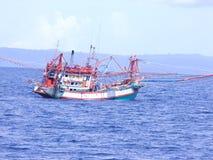 Fiskebåt som svävar i havet fotografering för bildbyråer