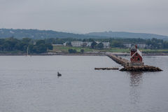 Fiskebåt vid den röda fyren Royaltyfri Bild