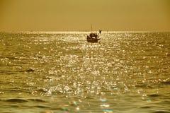 Fiskebåt vid havet Royaltyfri Fotografi