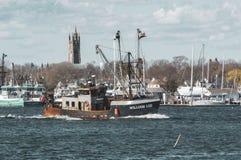Fiskebåt William Lee mot Fairhaven bakgrund Fotografering för Bildbyråer
